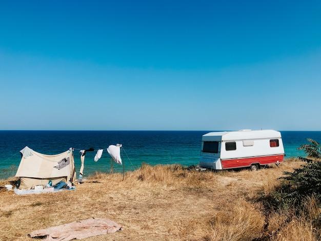 Barraca de acampamento do turista do carro conversão da van da praia da costa do mar negro. férias campista viajar autocaravana