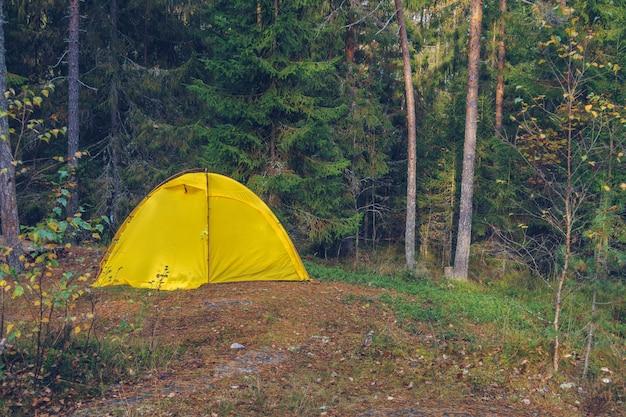 Barraca de acampamento na floresta. conceito de turismo, lazer ao ar livre. vida em uma tenda. rússia, carélia.