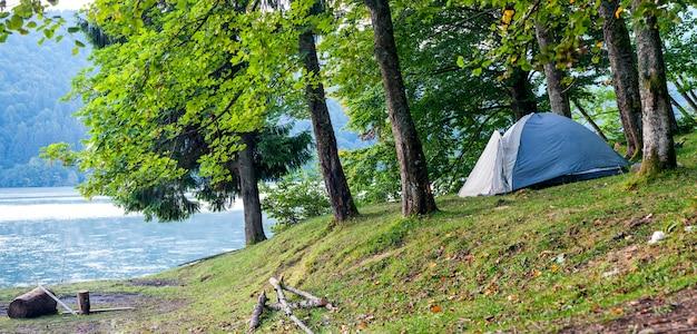 Barraca de acampamento na margem de um panorama do lago