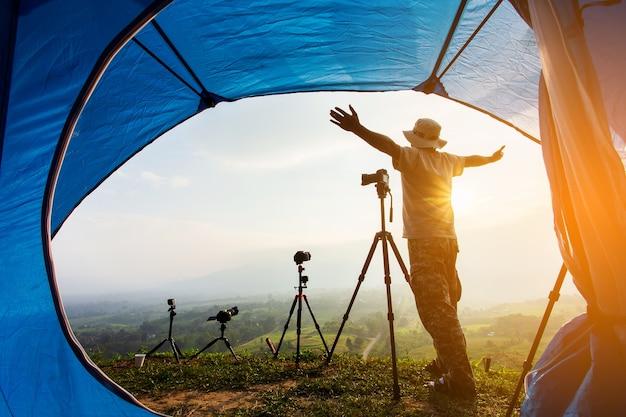 Barraca de acampamento no acampamento na montanha com por do sol, por do sol dentro