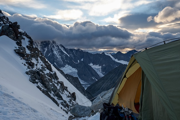 Barraca de acampamento no topo da montanha. altai, distrito de belukha