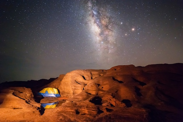 Barraca de acampamento sob a via láctea à noite