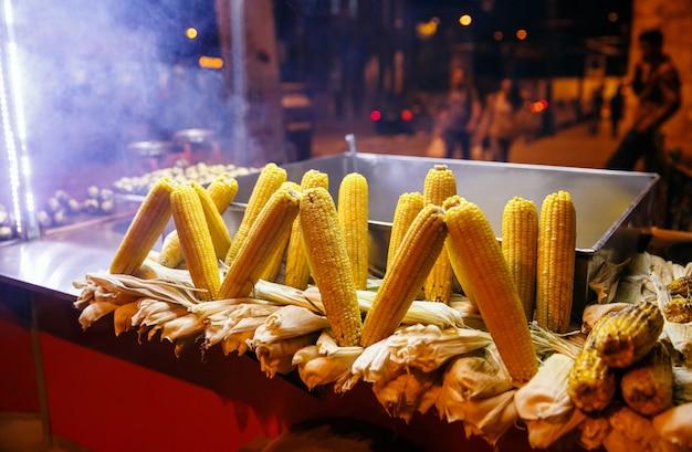 Barraca de comida de rua com milho grelhado, istambul, turquia