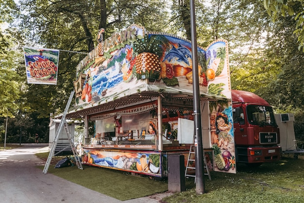 Barraca de comida em um parque de diversões no luxemburgo