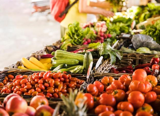 Barraca de mercado com variedade de vegetais orgânicos