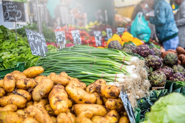 Barraca de vegetais no mercado tradicional em viena, áustria. frutas e vegetais em um mercado de fazendeiros.