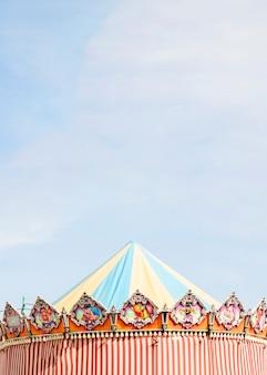 Barraca decorativa contra o céu azul no parque de diversões