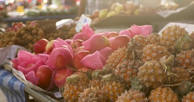 Barracas com frutas exóticas frescas sortidas, localizado no mercado de rua em dia de sol na cidade