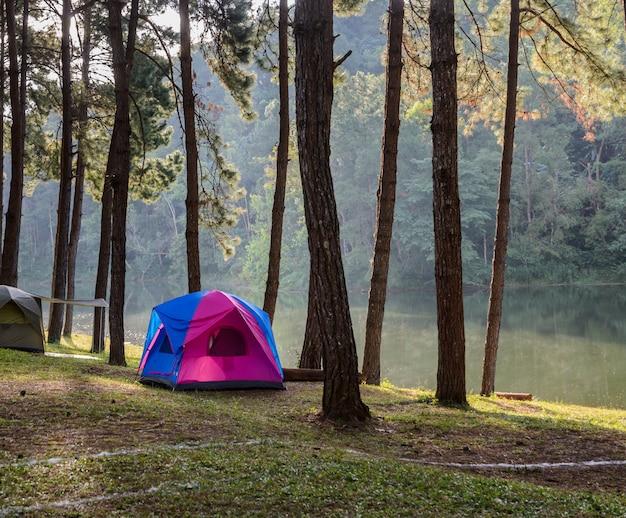 Barracas de acampamento perto do lago em pang oung em mae hong son, tailândia