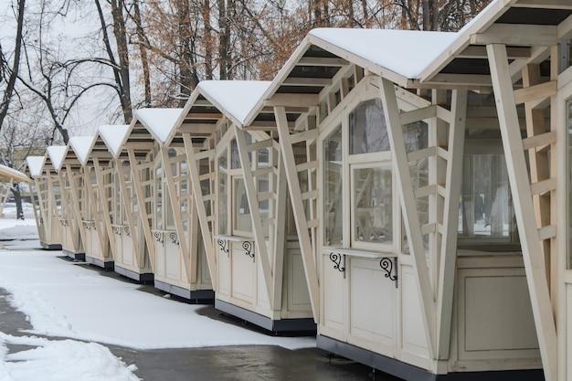 Barracas de madeira vazias no mercado de natal fechado