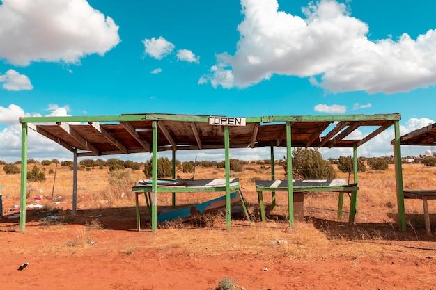 Barracas de mercado abandonadas coloridas em algum lugar ao longo da rodovia em utah