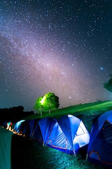 Barracas em doi samer daw, fotografia noturna da via láctea acima de tendas no parque nacional de sri nan, tailândia