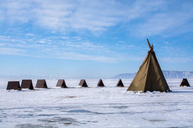 Barracas no lago congelado no lago bikal, rússia