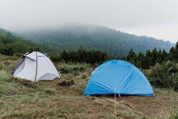 Barracas para turistas no fundo das montanhas dos cárpatos em um dia chuvoso e nebuloso