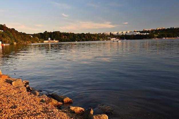 Barragem de brno. morávia do sul. república checa europa. área recreativa de entretenimento e esportes. bela paisagem com natureza, água limpa e pôr do sol.