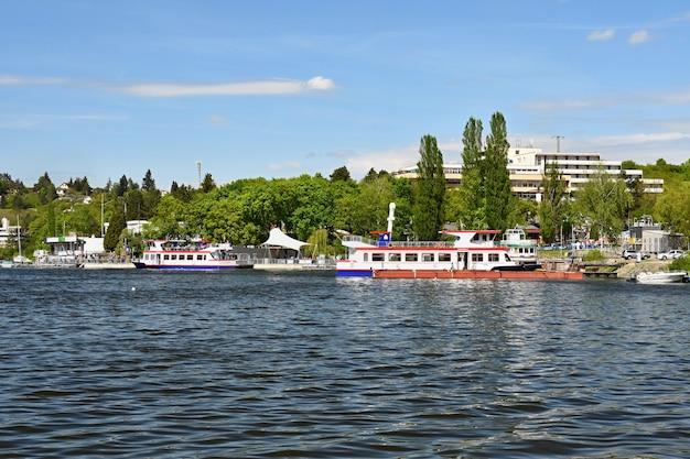 Barragem de brno. morávia do sul. república checa europa. área recreativa de entretenimento e esportes. bela paisagem com natureza, águas claras e céu com sol e nuvens.