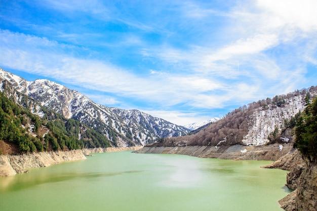 Barragem de kurobe em tateyama kurobe rota alpina, japão
