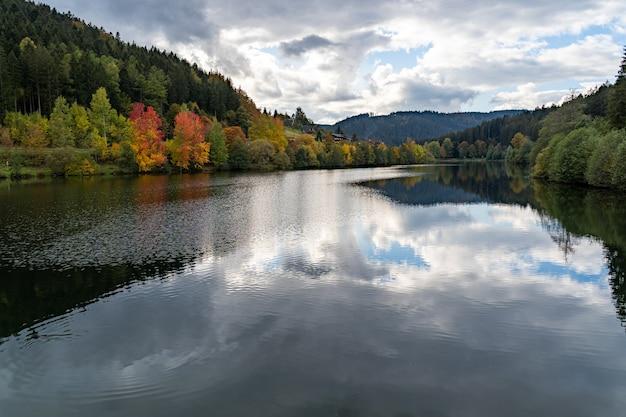 Barragem de nagold no vale do nagold, floresta negra, alemanha