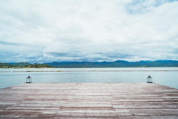 Barragem de srinagarind com céu nublado em kanchanaburi, tailândia