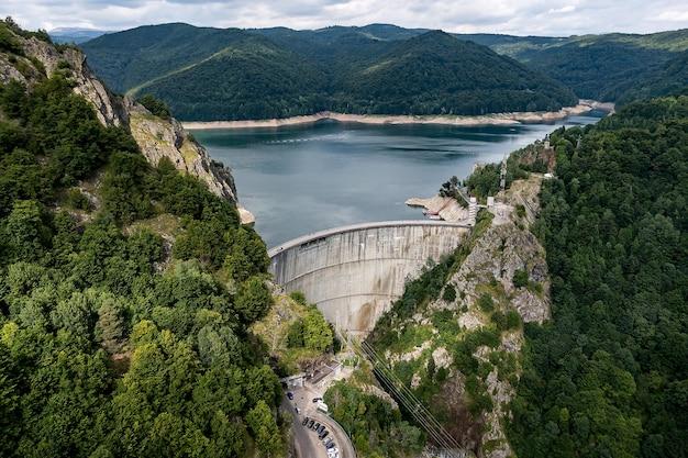 Barragem nas montanhas, romênia