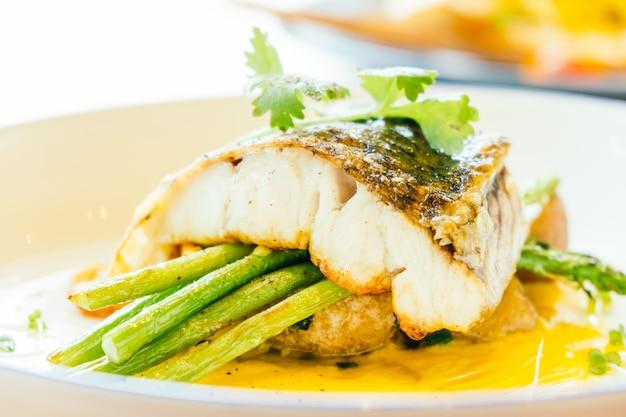 Barramundi ou pangasius peixe e carne bife