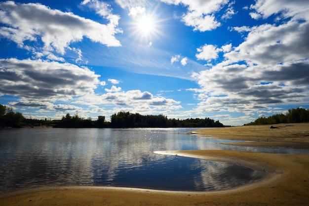 Barras de areia no rio agan. paisagem de verão.