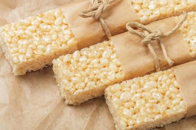 Barras de arroz crocantes com mel e marshmallows
