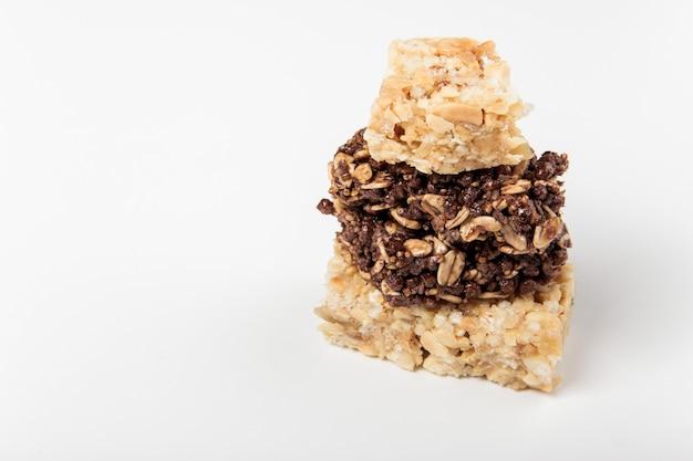 Barras de cereais brancas e marrons. barra de granola doce saudável.
