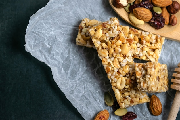 Barras de cereais caseiras saudáveis e granola com nozes, frutas secas e mel