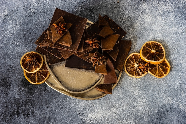 Barras de chocolate, canela e anis estrelado