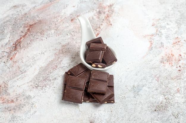 Barras de chocolate de vista frontal no espaço em branco