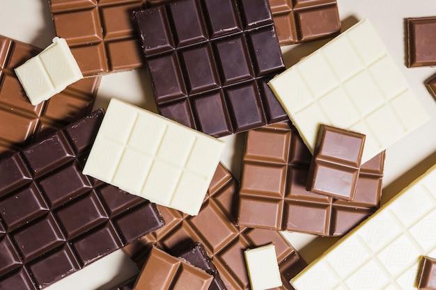 Barras de chocolate de vista superior em fundo branco