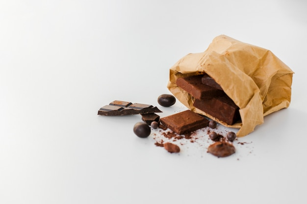 Barras de chocolate em saco de papel