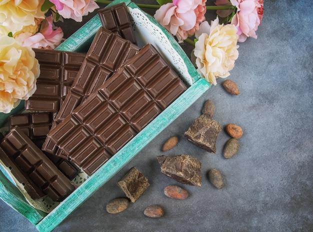 Barras de chocolate em uma caixa vintage