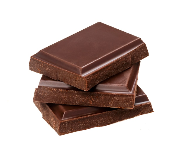 Barras de chocolate escuras isoladas no fundo branco. pilha de pedaços de chocolate, closeup