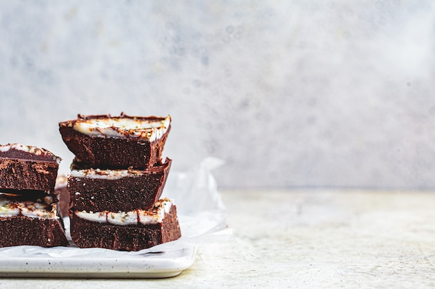 Barras de chocolate vegan cru, copie o espaço. sobremesa sem açúcar saudável.