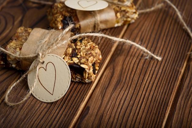 Barras de energia de aveia caseira granola, lanche saudável, na mesa de madeira com espaço de cópia de texto para
