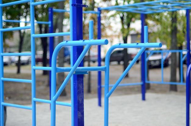 Barras de esportes no azul no fundo de uma terra de esportes da rua para treinar no atletismo.