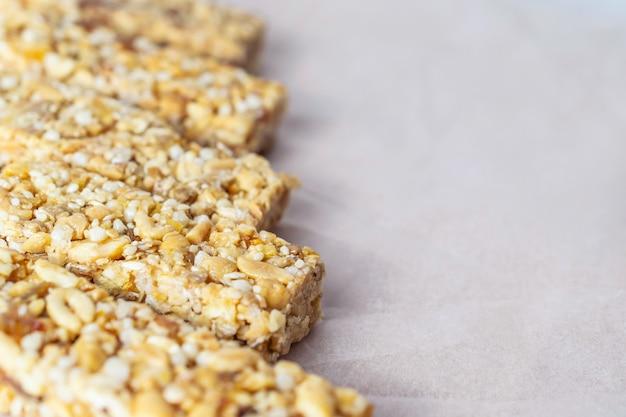 Barras de granola caseiras saudáveis com nozes e mel