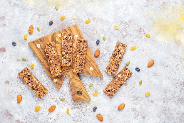 Barras de granola delicios saudáveis com barras de chocolate e muesli com nozes e frutas secas