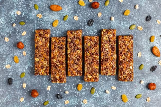 Barras de granola delicios saudáveis com chocolate, barras de cereais com nozes e frutas secas