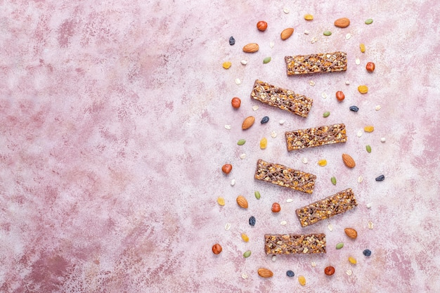 Barras de granola deliciosas saudáveis com chocolate, barras de cereais com nozes e frutas secas, vista superior