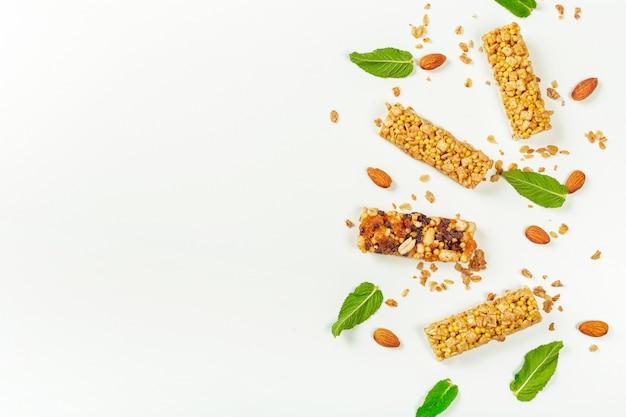 Barras de granola, isoladas no fundo branco.