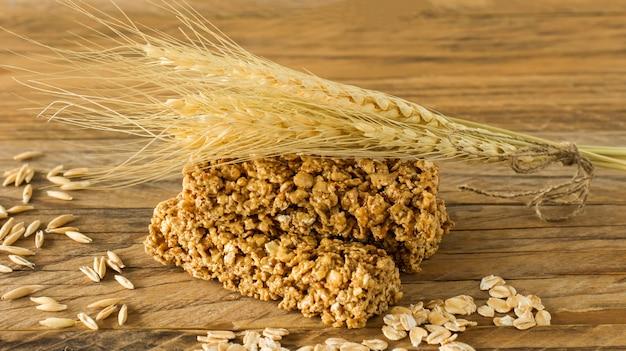 Barras de granola orgânica crua com sementes e nozes. sobremesa saudável doce caseira no café da manhã.