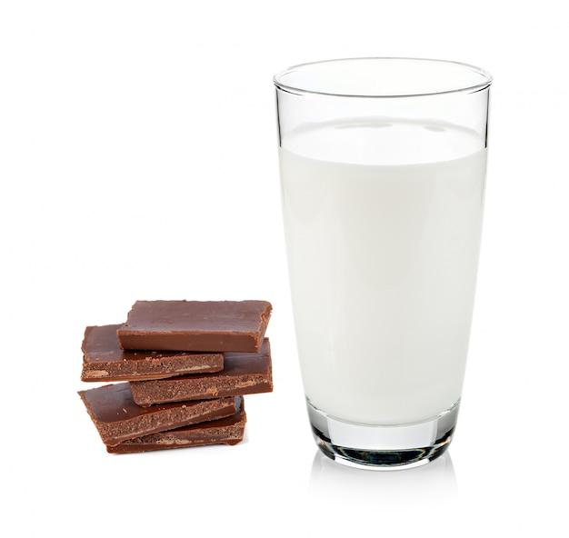 Barras de leite e chocolate no fundo branco
