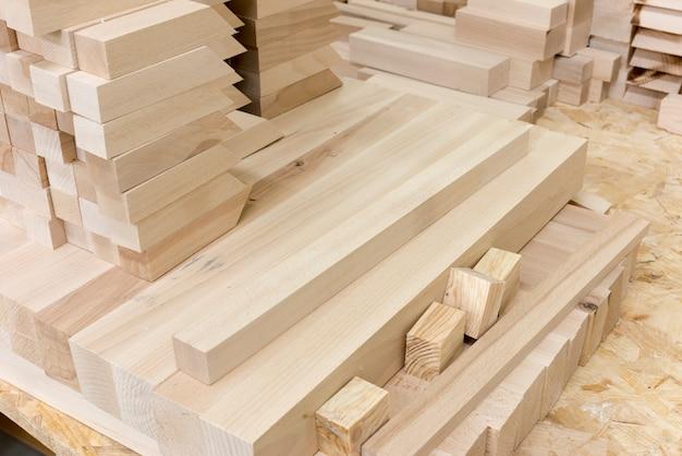 Barras de madeira na produção na carpintaria de móveis