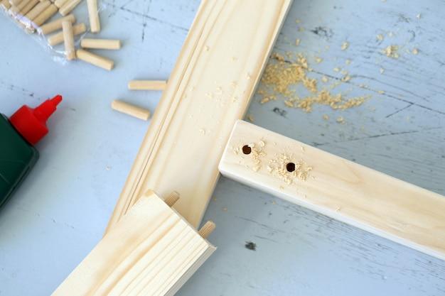Barras de madeira sendo perfuradas