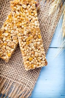 Barras de muesli, barras de cereais no fundo de madeira.