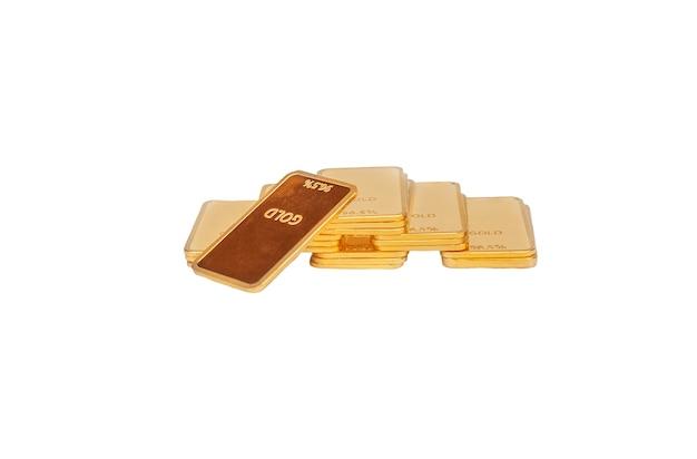 Barras de ouro alinhadas com pirâmide isoladas no fundo branco