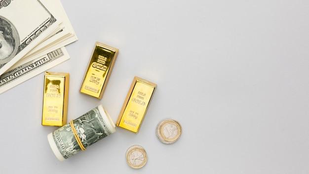 Barras de ouro e notas de banco